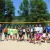 Zdjęcie uczestników Małopolskich Igrzysk Młodzieży w siatkówce plażowej wspólnie ze starosta powiatu myślenickiego Józefem Tomalem