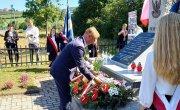 Józef Tomal starosta myślenicki składa kwiaty przy pomniku poświęconym pamięci żołnierzy AK - uczestników bitwy przy Moście Glichowskim